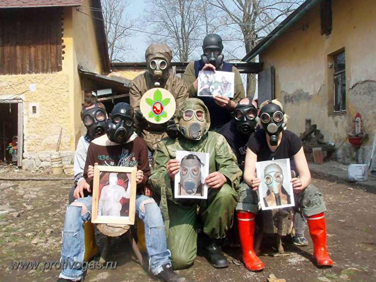 Фотографии людей в противогазах и костюмах химзащиты