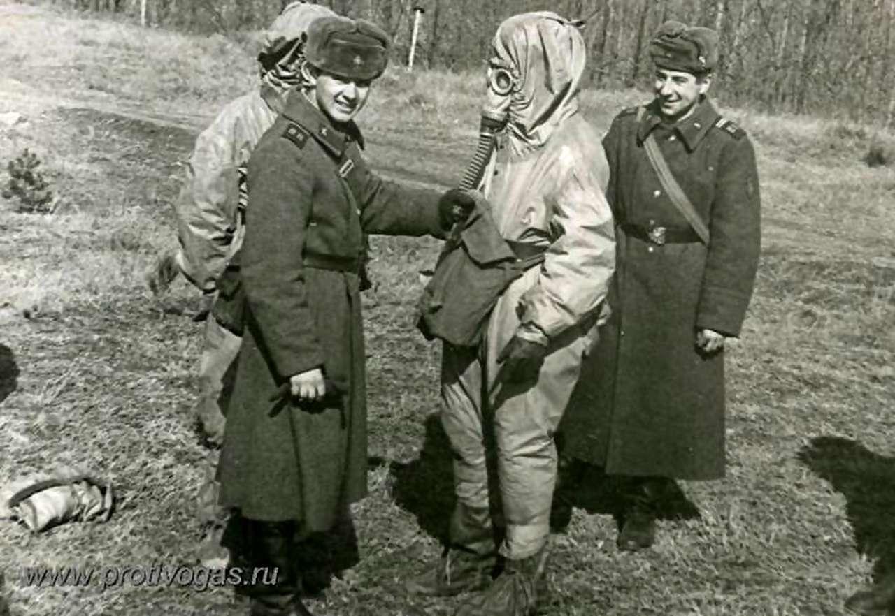 Тренировка военнослужащих в надевании химзащитного костюма ОЗК