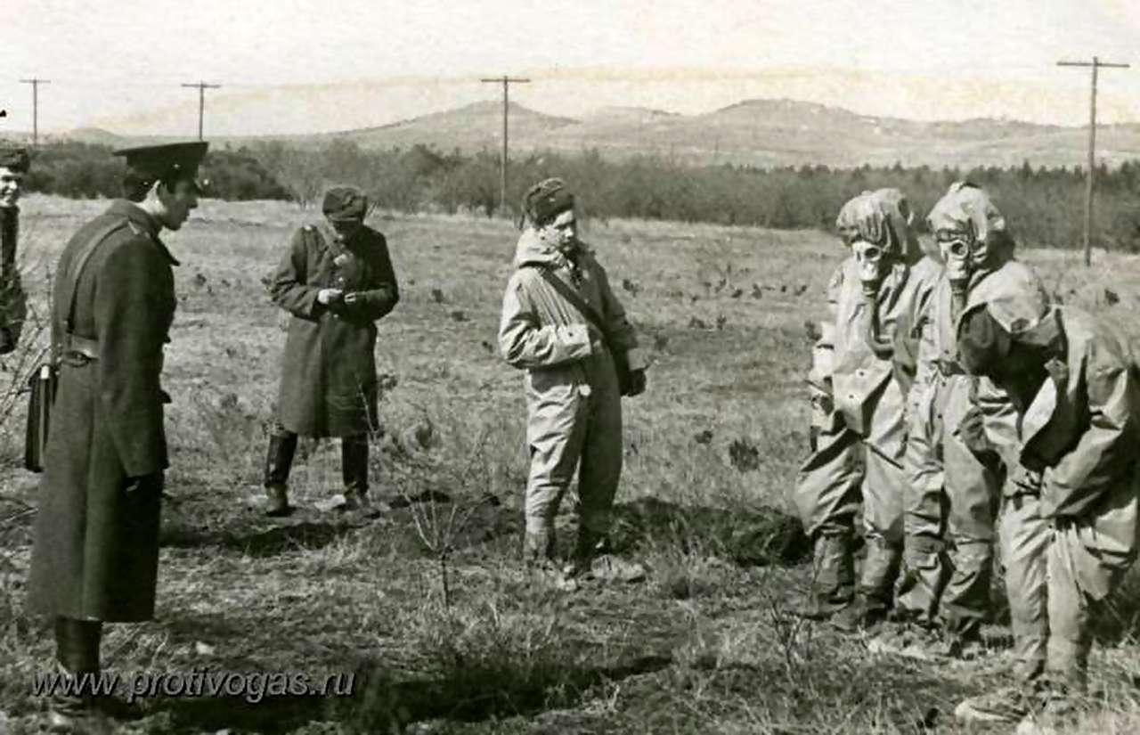 Надевание химзащитного костюма ОЗК на учениях в армии по противохимической подготовке
