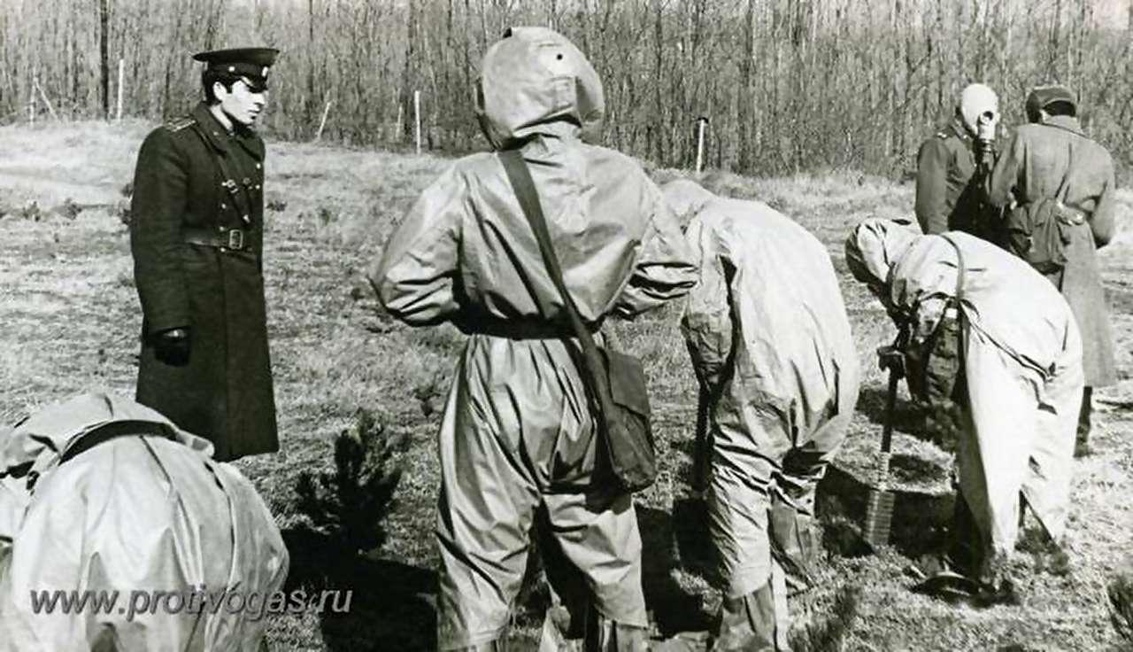 Тренировка - одевание защитного плаща ОЗК на учениях в армии