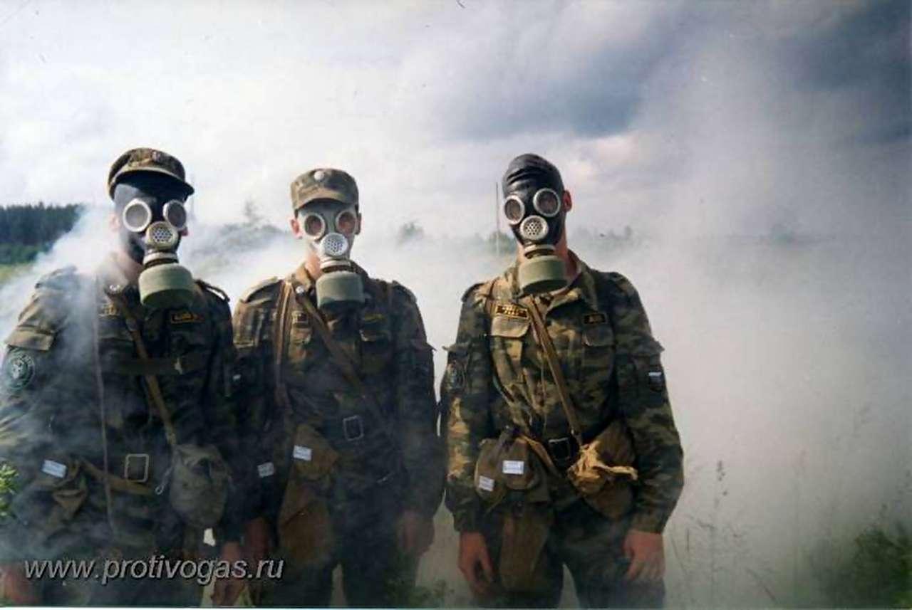 Солдаты в противогазах ПМГ-2 на армейских учениях
